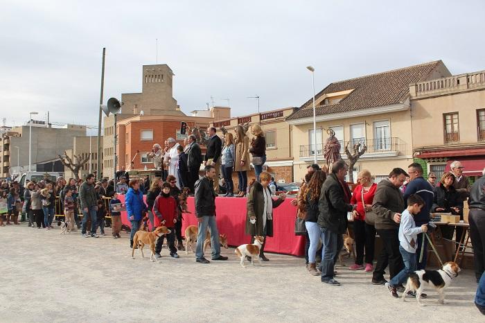 Desfile de vecinos con sus mascotas frente a la iglesia en Llíria el pasado domingo.