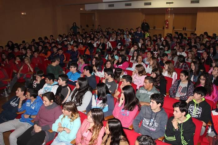 Alumnos de los centros escolares e Llíria asisten a una de las representaciones en el Hogar del Jubilado.