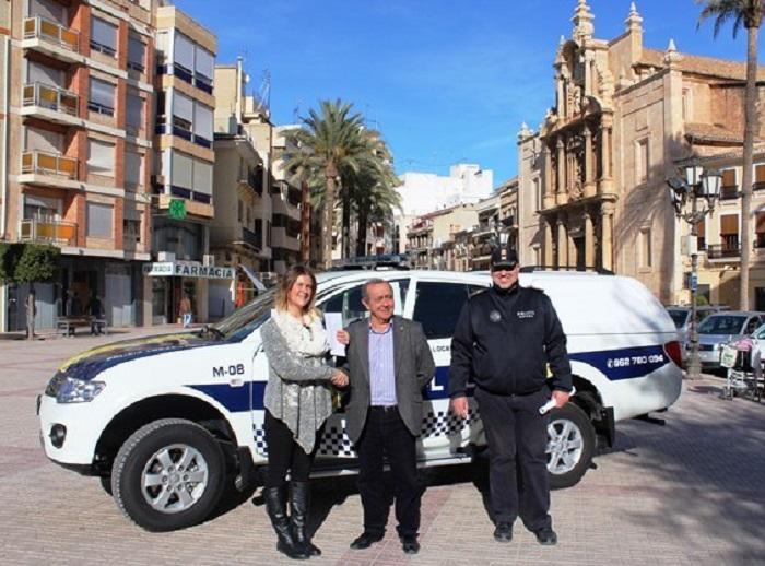 El alcalde de Llíria, Manuel Izquierdo, ante el nuevo todoterreno de la Policía Local.