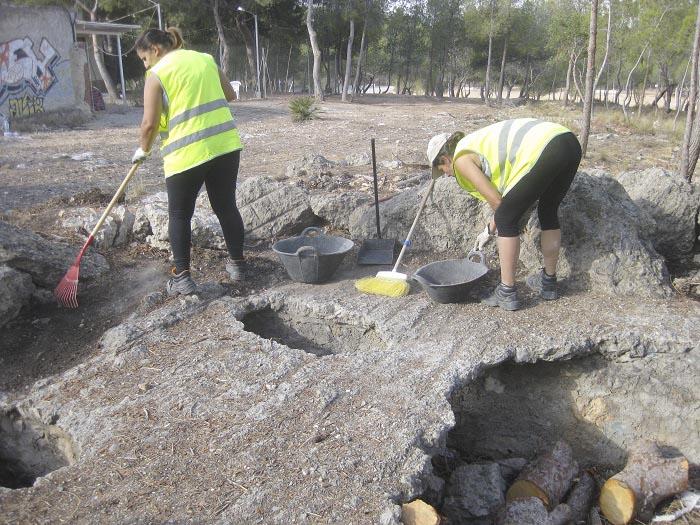 Trabajadores municipales limpian el nido de ametralladoras en el entorno de San Gerardo en Llíria.