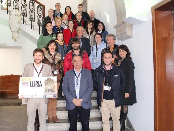 El alcalde de Llíria, Manuel Izquierdo, hoy, con los guías turísticos.