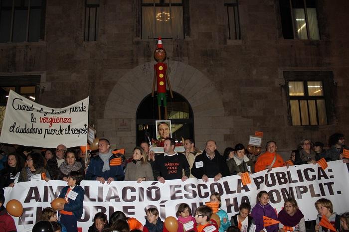 El Pinocho, con la foto de Fabra, ayer a las puertas de la Generalitat.