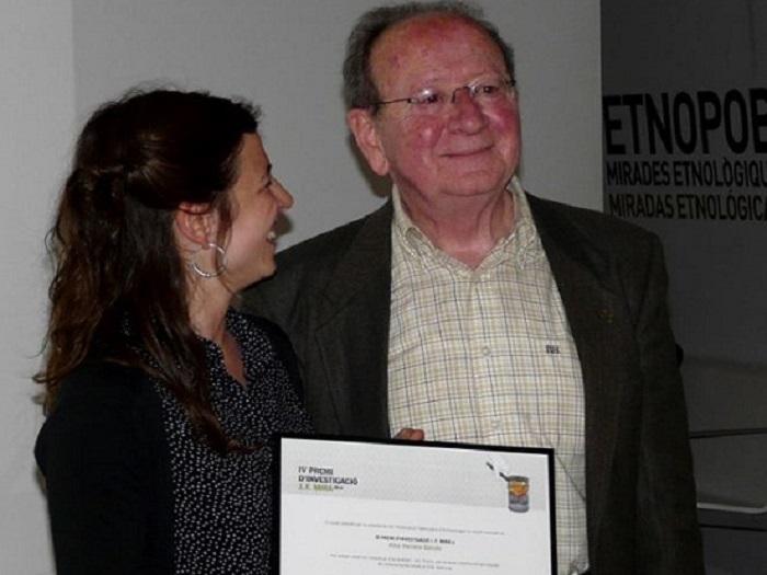 Alba Herrero recibe el premio de manos de Joan Francesc Mira.