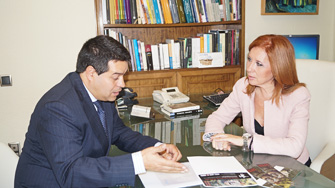 L`alcalde d`Olocau conversa amb la diputada Carmen Jávega.