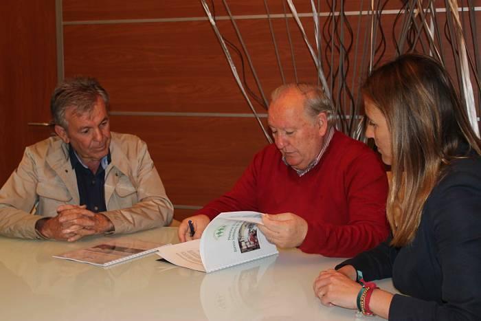 El alcalde de Riba-roja de Túria, Francisco Tarazona, y el presidente del Banco de Alimentos, Jaume Serra, enla firma del convenio.