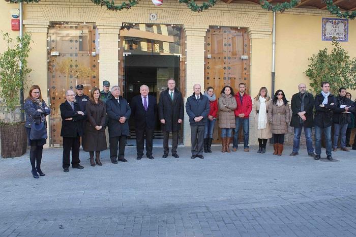 Fabra y Tarazona, ayer durante el minuto de silencio frente al Ayuntamiento de Riba-roja de Túria.