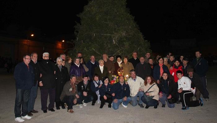 Los festeros de Riba-roja de Túria, ante la hoguera.