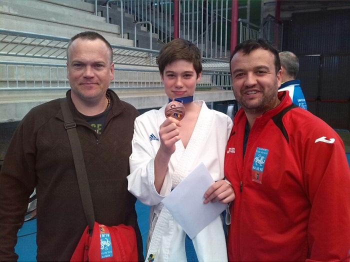 Carlos Oltra, de 12 años, muestra la medalla de bronce en Cheste.