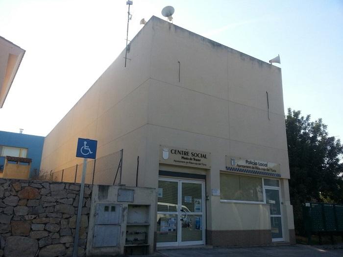 El edificio del Ayuntamiento de Riba-roja de Túria en la urbanización Masia de Traver.