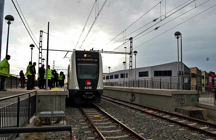 El metro a su paso por Riba-roja durante la fase de pruebas de la nueva línea.