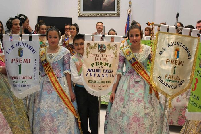 Los falleros de El Turia muestran su alegría por el primer premio en categoría infantil.