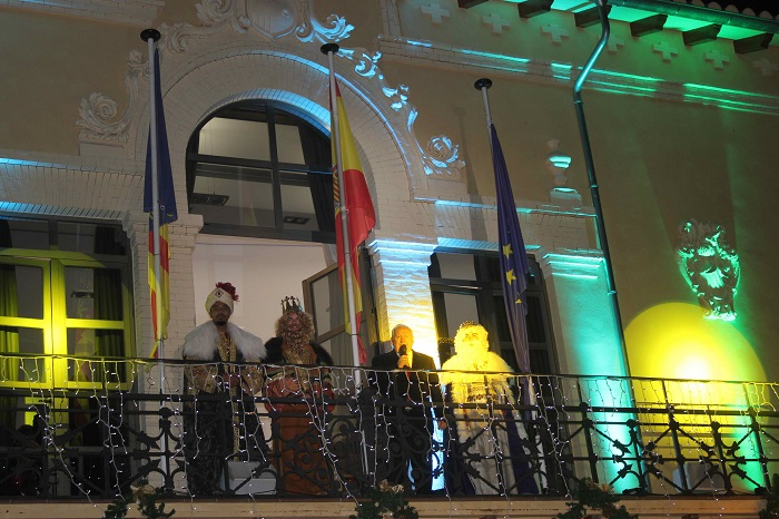 Los Reyes Magos y el alcalde de Riba-roja de Túria en el balcón del Ayuntamiento.