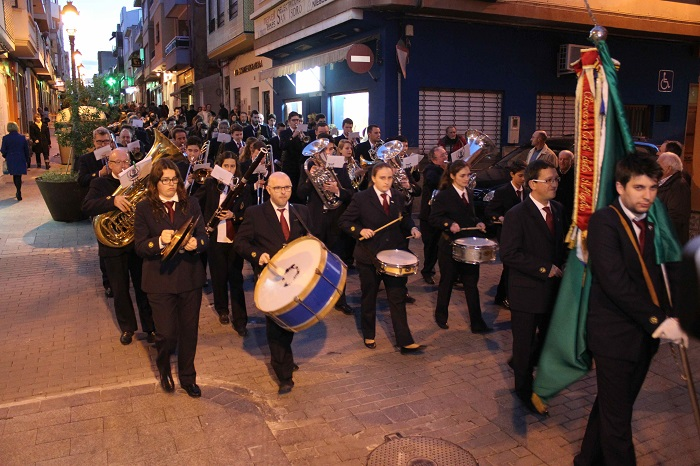 La Unión Musical realizó un pasacalle que pasó por las tres sedes que ha ocupado en Riba-roja de Túria.