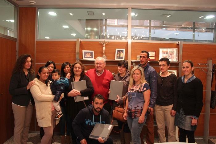 El alcalde de Riba-roja, Francisco Tarazona, ha entragado las llaves de los pisos de alquiler social a cuatro familias.