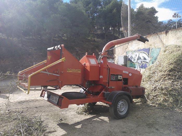 Una de las trituradoras actúa sobre los restos forestales en Serra.