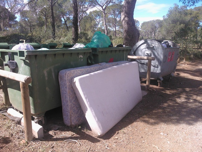 Colchones tirados dentro de la zona recreativa de la Calderona.