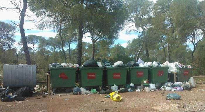 Contenedores en la zona recreativa de Portacoeli saturados de basuras.