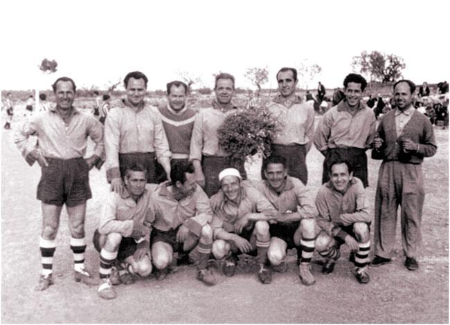 La instantánea más antigua que se conserva del primer equipo de L'Eliana 1956