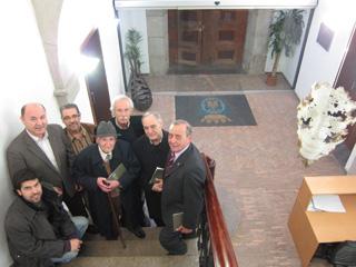 Silvestre de Edeta, el artista ganador del concurso y miembros del jurado, junto a la obra ganadora, 'Ausencia'.