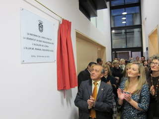 L'alcalde de Llíria, Manuel Izquierdo, descobrint la placa durant la inauguració