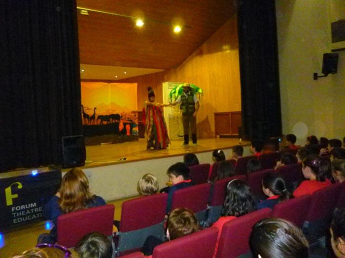 Els nens aprenen anglés al teatre