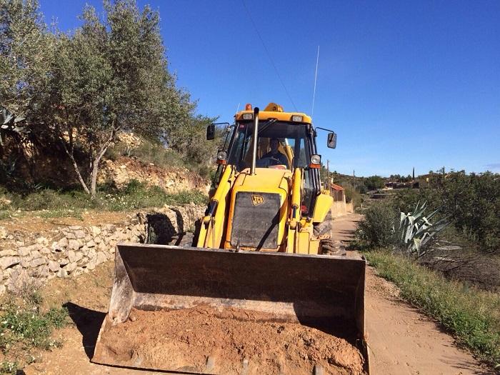 Los operarios municipales han comenzado a limpiar los caminos rurales.