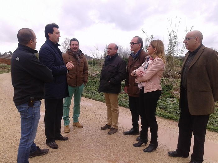 El alcalde de Vilamarxant, Vicente Betoret, con Salomé Pradas, en la visita a las zonas afectadas.
