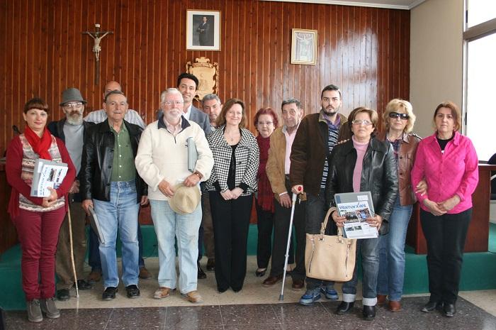 El alcalde Vicente Betoret, hoy con los jubilados en el acto de la entrega de llaves de los pisos.