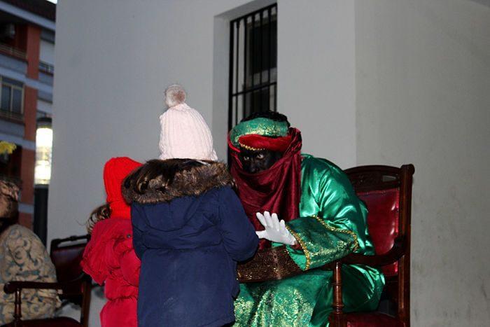 Un moment de la entrega de cartes per part dels xiquets i xiquetes.