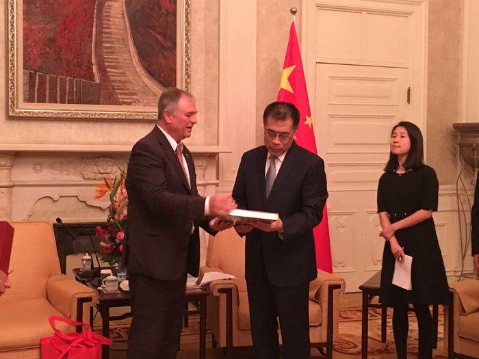 encuentro alcalde ribaroja y Pekín
