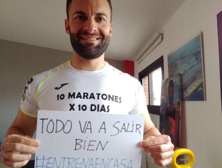 David Lara con el cartel #entrenaencasa