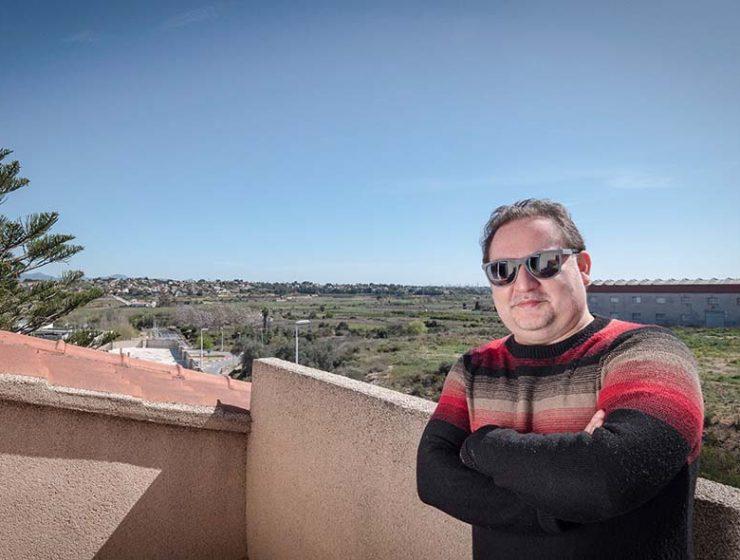 Carlos Bigorra en la terraza de su casa