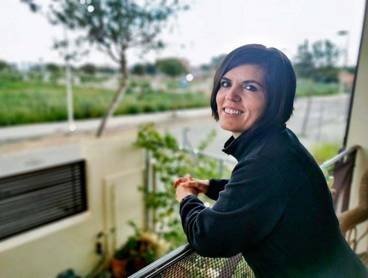 Lorena Martí escritora en el balcón