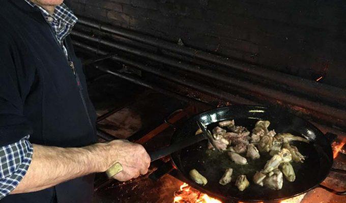 Rafa vidal cocinando una paella