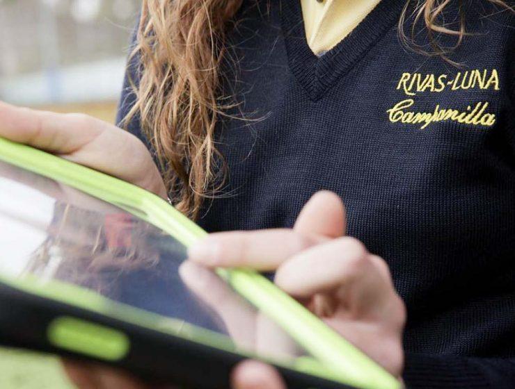 Alumna Rivas-Luna con tablet