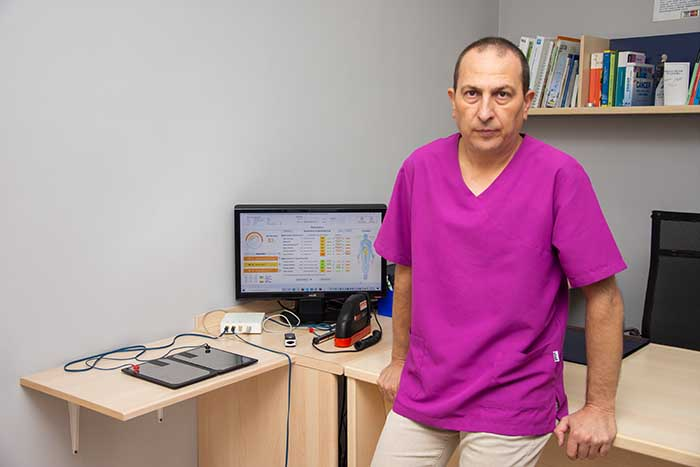 Rafa Gimeno en su  clínica de Benaguasil