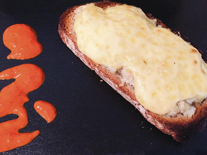 Sépia gratinada amb allioli i salsa de pimentons